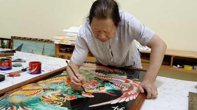 66岁老人画漆画52年,自己熬漆常画至凌晨,苦练8年画被认可