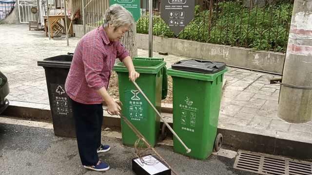8旬奶奶捡废品捐助50余学生,自己全身行头不足50元