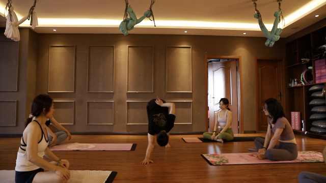 48岁大叔白天当工人,晚上变身瑜伽教练,深受学员欢迎