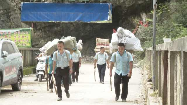 暴雨致道路塌方受阻,重庆邮递员