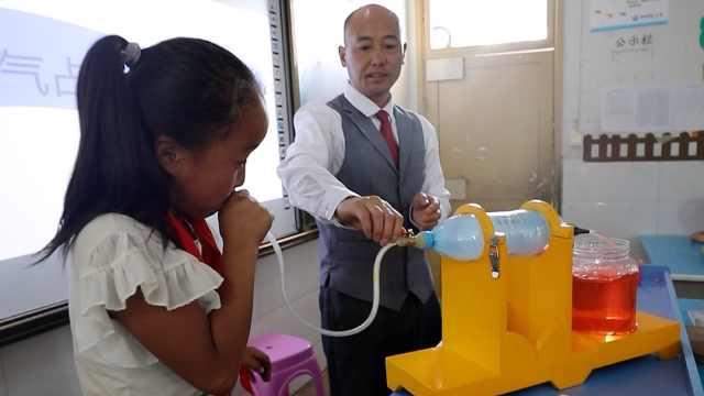 小学老师自制教具演示抽象概念:挖空心思培养学生创新思维