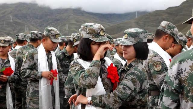 西藏雪域高原300名退伍老兵的告别,女兵难舍现场泪流满面