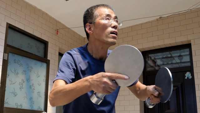 老教师发明30只钢质乒乓球拍:最重10.4斤,锻炼效果翻倍