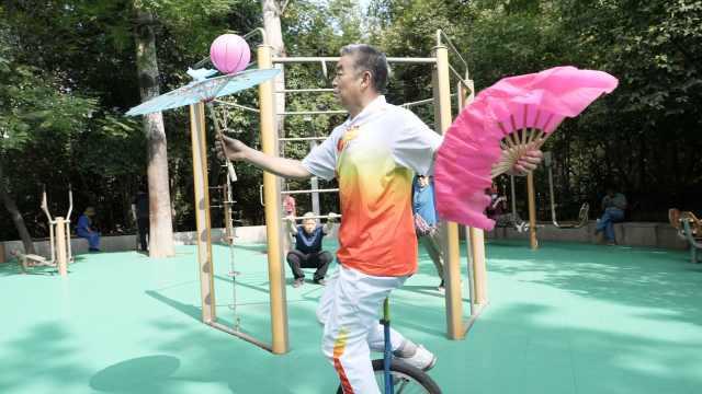 骑独轮车玩花棍,62岁大爷自学杂耍12年会20种花样:带去快乐