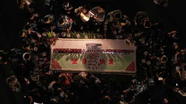 仪式感满满!兰大12名新生与母校同天生日,学校自制3米长蛋糕