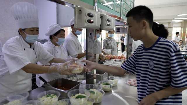 中学备1200份饺子面条迎新生:让离家学子感受学校的温暖