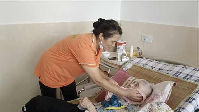 中国好儿媳!她带着瘫痪失明婆婆上班,照顾28年不离身