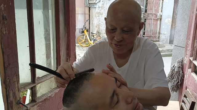 最老理发师!汉正街92岁老人用刀片刮头70年,每天营业10小时
