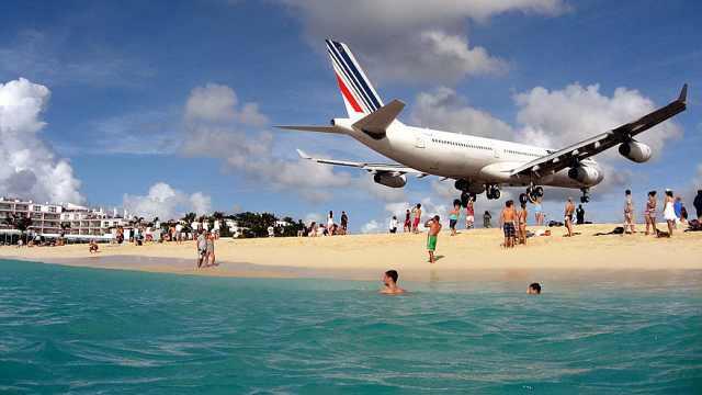 最危险的机场,飞机贴着头皮着陆!