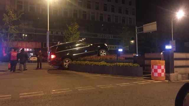 奔驰车冲上花台  驾驶员却不见了!