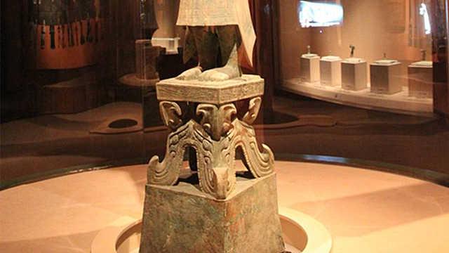 三星堆青铜立人底座为何是蜀字形象