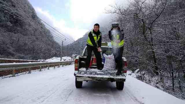 九环东线积雪7厘米 撒盐500斤除冰