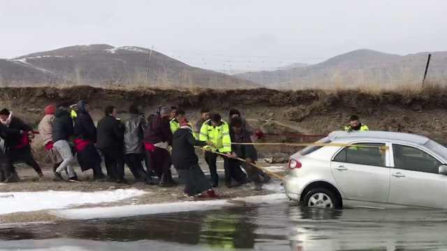 汽车冲进冰河 女协警水中施救