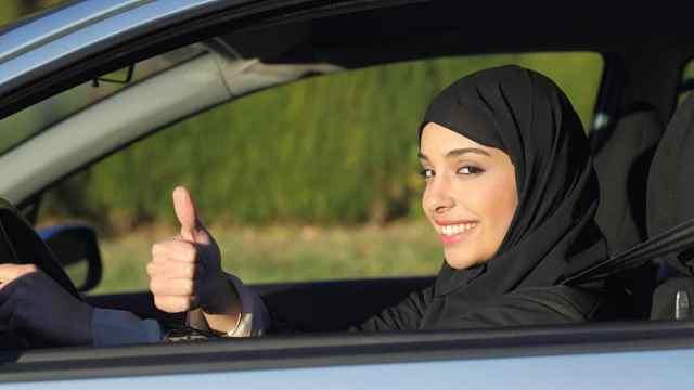 唯一禁止女性开车国家,偷开会被拘