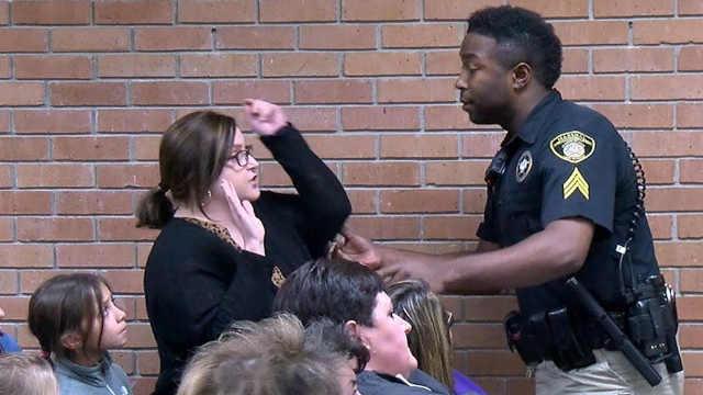 美国老师遭逮捕只因问了一个问题