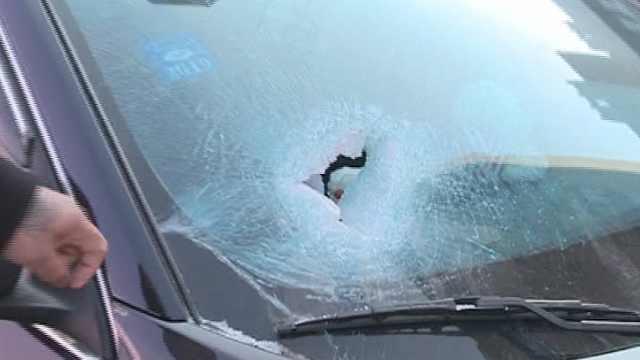得罪谁?男子轿车停楼下遭砸窗划车