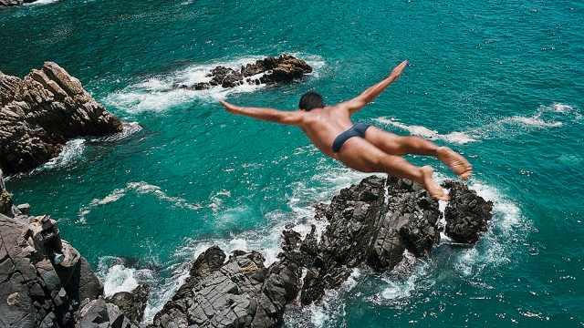 悬崖边上的跳水台:跳下去不见人影