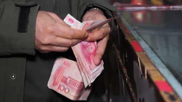 """郑州男子买年货,惨遭""""现金掉包"""""""