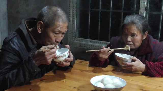 妈妈早上做了美味汤圆,全家都爱吃