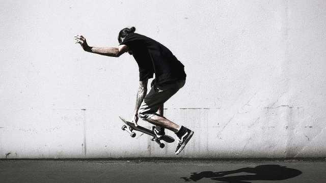 滑板街头玩酷,3分钟学会手抓板