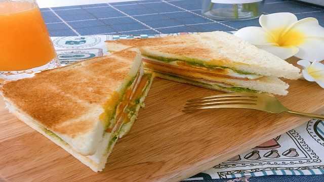 饱含牛油果清香的三明治