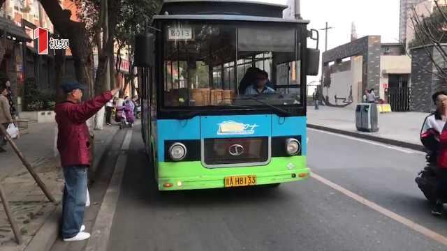 成都街头公交招手就停?
