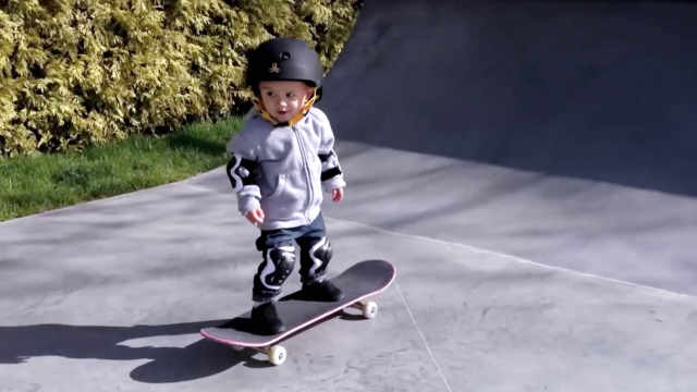 天才宝贝9个月滑板技术逆天