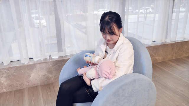 一分钟学会新生儿呛奶的急救技巧