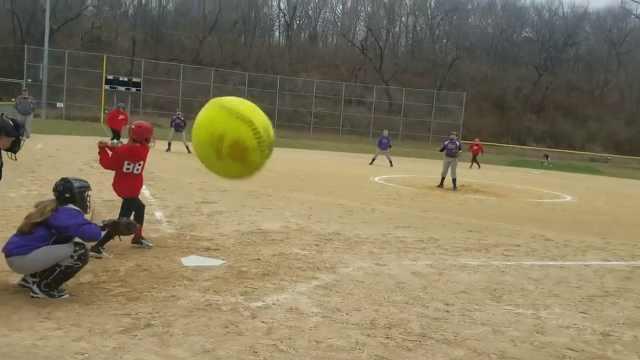 拍摄女儿打球,无辜老妈惨遭