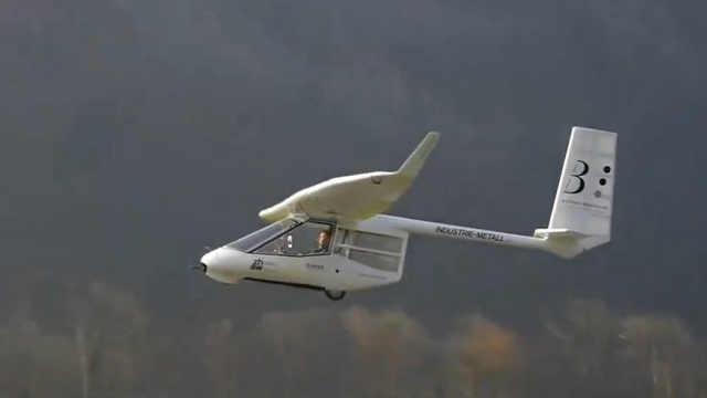 这架飞机竟然用脚起飞,用脚刹车?