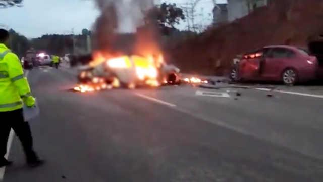 两车相撞起火 客车路过未借灭火器