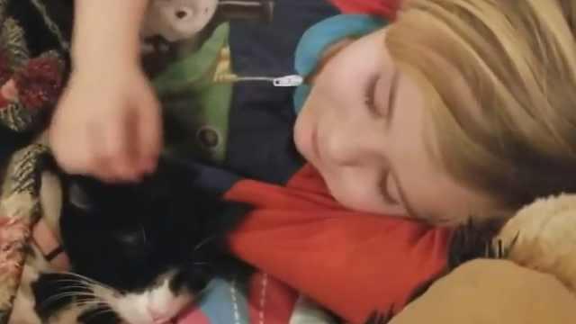 超有爱!小女孩儿温柔哄猫咪睡觉