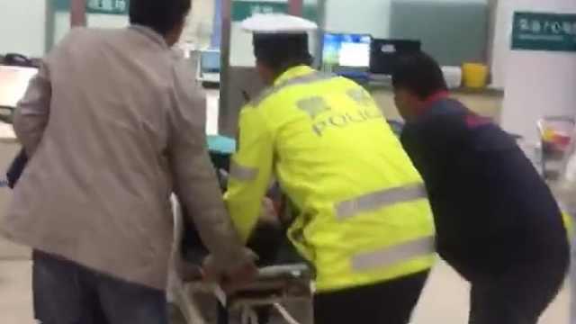民警喊话送病人就医,车辆纷纷让道