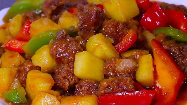 用菠萝烹饪酸甜可口的菠萝咕噜肉