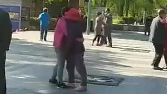 暖心!孝顺女儿抱瘫痪妈妈跳广场舞