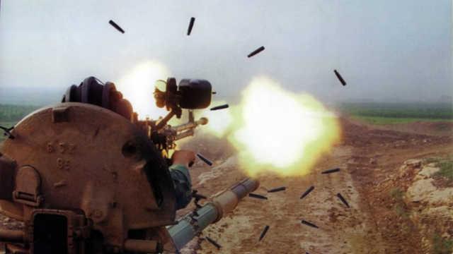 怎么机枪打不穿坦克士兵还要射击?