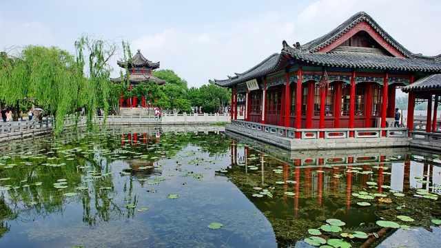 赏大明湖秀丽景色,看湖水水色澄碧
