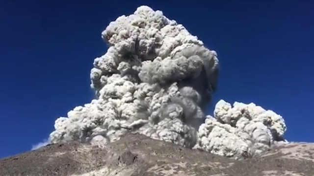 印尼火山突然喷发,露营者惊险逃生