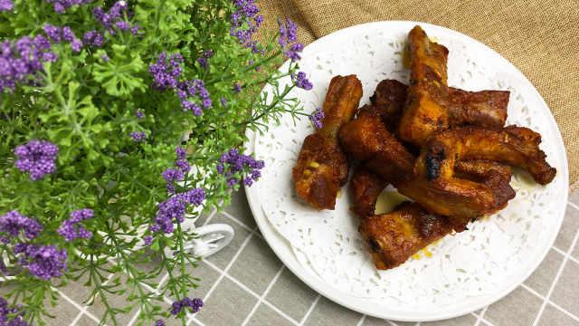 辣酱和蜂蜜腌制后的烤排骨,味道赞