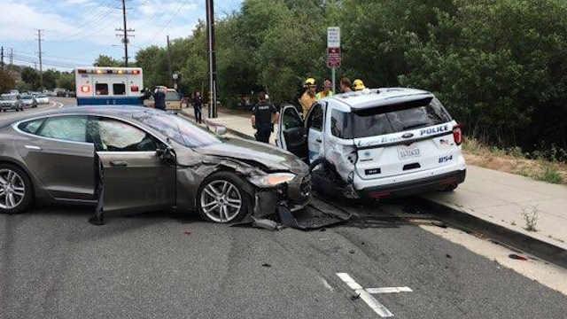 特斯拉再闯祸,这次撞上了路边警车