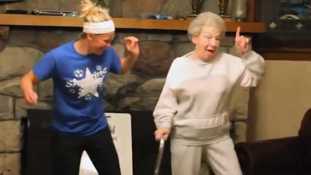 好可爱!85岁奶奶家庭聚会上跳舞