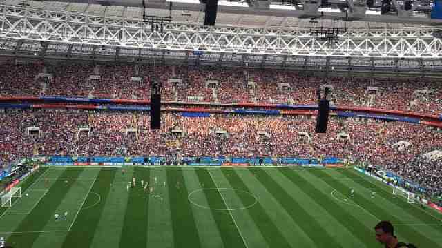 世界杯揭幕战在即 观众席座无虚席