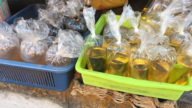 为什么塑料袋装油会漏,装水不会?