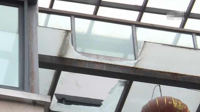 玻璃频频从天而降 好危险!