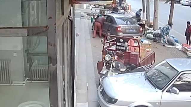趁司机下车,男子钻进车内偷走挎包