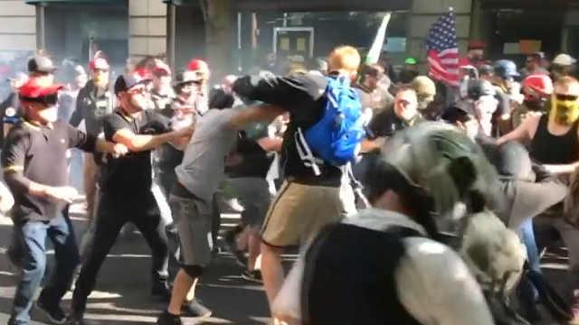 冲突不断!美国右翼团体集会变骚乱