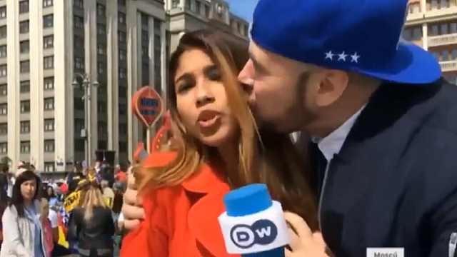 直播中被强吻,女记者反应各式各样