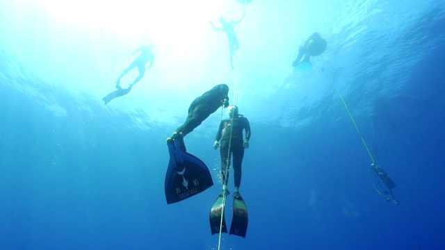 看潜水大神们如何进行水下训练