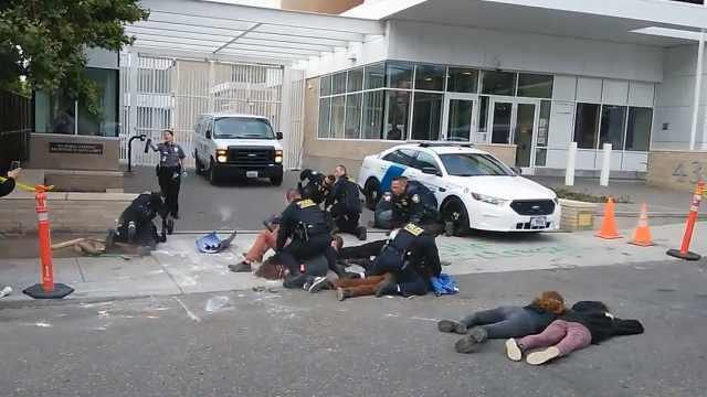 抗议者与海关执法局群架,6人被捕