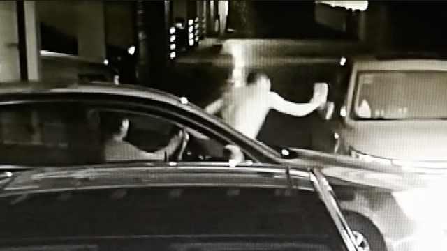 停车场被拦,他砖头砸车还连撞三回